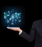 Hombre de negocios que sostiene una tablilla Comunicación empresarial Imagen de archivo libre de regalías