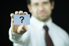Hombre de negocios que sostiene una tarjeta Imagenes de archivo