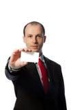 Hombre de negocios que sostiene una tarjeta de visita en blanco Fotos de archivo libres de regalías