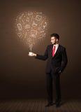 Hombre de negocios que sostiene una taza blanca con los medios iconos sociales Fotografía de archivo