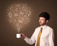 Hombre de negocios que sostiene una taza blanca con los medios iconos sociales Imágenes de archivo libres de regalías