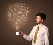 Hombre de negocios que sostiene una taza blanca con los medios iconos sociales Imagen de archivo libre de regalías