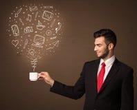 Hombre de negocios que sostiene una taza blanca con los medios iconos sociales Foto de archivo