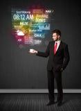 Hombre de negocios que sostiene una taza blanca con noticias y la información diarias Foto de archivo