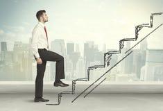 Hombre de negocios que sube para arriba a mano concepto dibujado de la escalera Imagenes de archivo