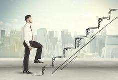 Hombre de negocios que sube para arriba a mano concepto dibujado de la escalera Fotografía de archivo libre de regalías