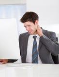 Hombre de negocios que sufre de dolor Imagen de archivo libre de regalías