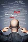 Hombre de negocios que tapa sus oídos para evitar palabras y energía negativas Fotografía de archivo libre de regalías