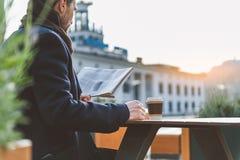 Hombre de negocios que tiene descanso para tomar café al aire libre Imagen de archivo libre de regalías