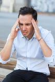 Hombre de negocios que tiene dolor de cabeza fotografía de archivo
