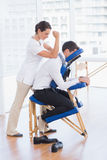 Hombre de negocios que tiene masaje trasero Imagen de archivo libre de regalías