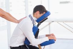 Hombre de negocios que tiene masaje trasero Fotografía de archivo libre de regalías