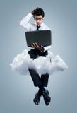 Hombre de negocios que tiene problemas con tecnología de ordenadores de la nube Foto de archivo libre de regalías