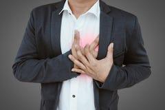 Hombre de negocios que tiene un ataque del corazón fotos de archivo libres de regalías