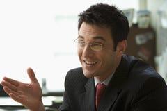 Hombre de negocios que tiene una conversación Imagen de archivo