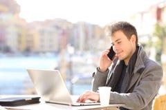 Hombre de negocios que tiene una conversación telefónica en una cafetería imágenes de archivo libres de regalías