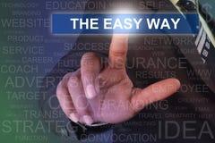 Hombre de negocios que toca el botón de la manera fácil en la pantalla virtual fotografía de archivo