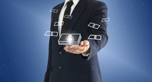 Hombre de negocios que toca el botón virtual del dinero Concepto de éxito empresarial o de beneficios ganados de inversiones fotografía de archivo