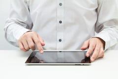 Hombre de negocios que toca en la PC de la tablilla Foto de archivo libre de regalías