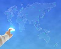 Hombre de negocios que toca la nube que brilla intensamente con el fondo mundial del mapa Imagenes de archivo