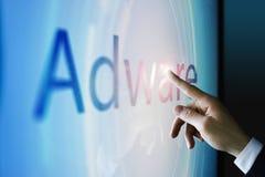 Hombre de negocios que toca la pantalla sobre adware Foto de archivo