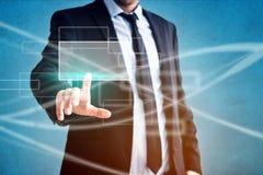 Hombre de negocios que toca la pantalla virtual - tecnología moderna en negocio fotografía de archivo