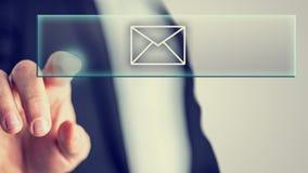 Hombre de negocios que toca un icono del correo Foto de archivo libre de regalías