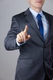Hombre de negocios que toca una pantalla imaginaria Foto de archivo libre de regalías