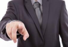 Hombre de negocios que toca una pantalla imaginaria contra Imagen de archivo libre de regalías
