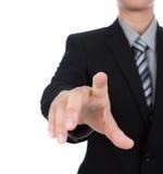 Hombre de negocios que toca una pantalla imaginaria contra Fotografía de archivo