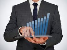 Hombre de negocios que toca una pantalla virtual Imágenes de archivo libres de regalías