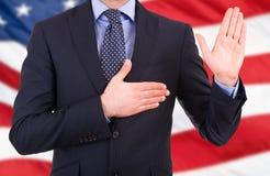Hombre de negocios que toma juramento. Imagen de archivo