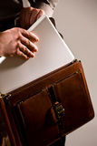 Hombre de negocios que toma la computadora portátil del uot del caso Imagen de archivo libre de regalías