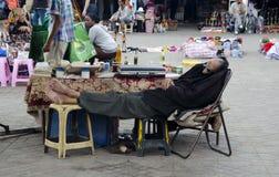 Hombre de negocios que toma una siesta del mediodía en Marakesh, Turquía Foto de archivo libre de regalías