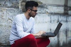 Hombre de negocios que trabaja al aire libre con un ordenador portátil independiente, libertad, fotografía de archivo libre de regalías