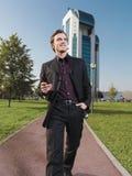Hombre de negocios que trabaja cerca de anuncio de la oficina Fotografía de archivo libre de regalías