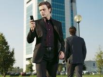 Hombre de negocios que trabaja cerca de la oficina aa Foto de archivo libre de regalías