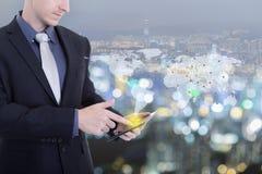 Hombre de negocios que trabaja con el nuevo social moderno de la demostración de ordenador de la tableta foto de archivo libre de regalías