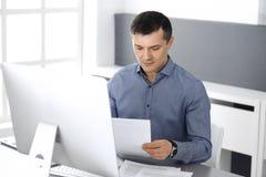 Hombre de negocios que trabaja con el ordenador en oficina moderna Headshot del empresario o del director de empresa de sexo masc foto de archivo