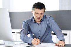 Hombre de negocios que trabaja con el ordenador en oficina moderna Headshot del empresario o del director de empresa de sexo masc fotos de archivo