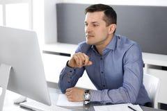 Hombre de negocios que trabaja con el ordenador en oficina moderna Headshot del empresario o del director de empresa de sexo masc foto de archivo libre de regalías