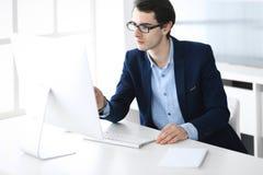 Hombre de negocios que trabaja con el ordenador en oficina moderna Headshot del encargado de sexo masculino del empresario o de c fotografía de archivo libre de regalías