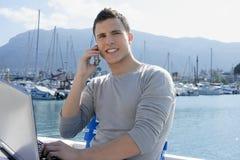 Hombre de negocios que trabaja con el ordenador en un barco Fotos de archivo