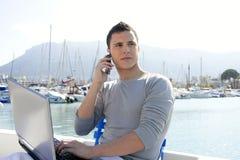 Hombre de negocios que trabaja con el ordenador en un barco Fotografía de archivo libre de regalías