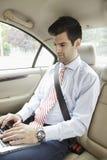 Hombre de negocios que trabaja con el ordenador portátil Foto de archivo libre de regalías