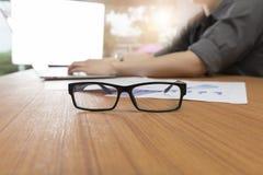 hombre de negocios que trabaja con el ordenador portátil del ordenador en el escritorio de oficina Imagen de archivo libre de regalías