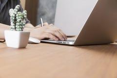 hombre de negocios que trabaja con el ordenador portátil del ordenador en el escritorio de oficina Imagen de archivo