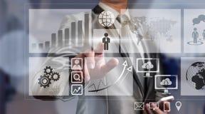 Hombre de negocios que trabaja con la carta digital, estafa de la mejora del negocio Imagen de archivo libre de regalías