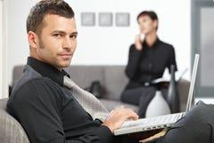 Hombre de negocios que trabaja con la computadora portátil Foto de archivo