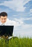 Hombre de negocios que trabaja con la computadora portátil Fotos de archivo